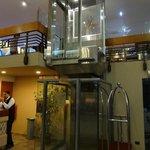 A pitoresca alternativa para subir um andar, em razão dos elevadores não virem ao térreo na rece