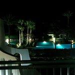 Vue sur la piscine et la mer de nuit