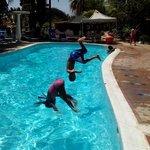 mis hijos disfrutando de la piscina