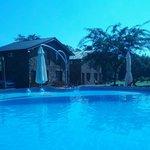 piscina y cabañas