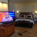grand lit avec écran 50 pouces
