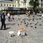 Feeding the pigeons became a rituel in the centre of this area