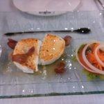 обжаренный козий сыр с медом