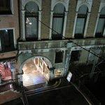vista dalla camera (appena dietro a quel portico, c'è Piazza San Marco)