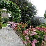 Terrasse et jardin devant la maison.