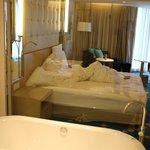 Bett aus dem Badezimmer fotografiert