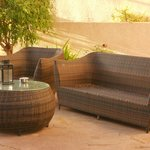 Un rincón agradable del jardín, bajo la acacia o jacarandá