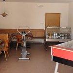Aufenthaltsraum im Untergeschoß mit Sitzbänken, Tischkicker und Getränketheke (Selbstbedienung)