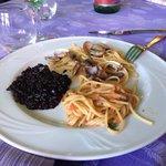 Tris di primi: Spaghetti con polpa di riccio, Risotto al nero di seppia e spaghetti allo scoglio