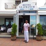 Agustin Ramirez en la puerta de entrada del hotel