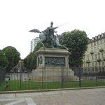 Конная статуя. Площадь Сольферино