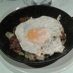 Cazuelica de  huevos rotos/estrellados con hongos y patatas COCIDAS  y no fritas.