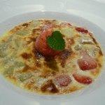 Köstliches Dessert mit Erdbeeren und Rhabarbar