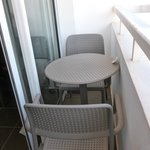 Balcon:obligé de monter sur la table pour pouvoir s'asseoir!