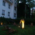 Jardín del hotel al anochecer