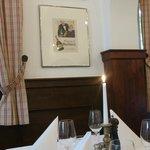An der Wand alte Poster - schön gedeckter Tisch