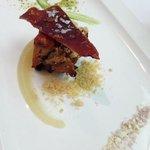 cochinillo asado sobre pure de manzana con sal de vino y chocolate blanco y polvo de pistacho