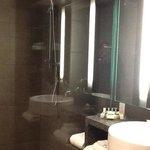 Salle de bain moderne et pratique. Très propre.