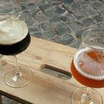 Birre seduti su uno sgabellino