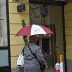 в дождь можно воспользоваться фирменным зонтиком отеля
