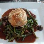 rôti de veau en croute accompagné d une sauce champignon