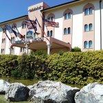 una vista esterna dell'ingresso dell'hotel
