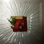 Fraîcheur glacée à la fraise des bois et basilic Thaï, chocolat Tanariva et écume vanille.