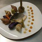 Bar sauvage en aïoli rouilles, petit légumes printaniers et boulots au court bouillon.