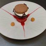 Poire Belle Hélène poché à la framboise mousse Opalys et macaron chocolat Poulain.