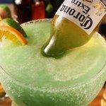 """¿Has probado un """"Mexican Bulldog""""? Una Margarita gigante con una Corona adentro. ¡Comparte una h"""
