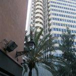 Это высокой здание рядом с отелем вначале служило неплохим ориентиром. Его видно с набережной.