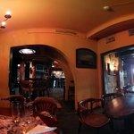 Interior do bar, horário de almoço.