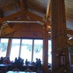 Dentro do restaurante na estação de sky