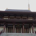増上寺に近づいても、タワーのてっぺん見えてるよ! Even you come closer to Zojyoji, tower will not be hidden.