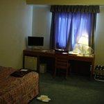 一人で利用した際の客室ですが、セミダブル・ベッドでした。