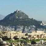 アクロポリスの丘から見たリカビトスの丘