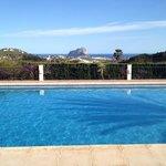 Zicht van het zwembad op de Penon in Calpe