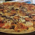 Pizza enorme e buonissima