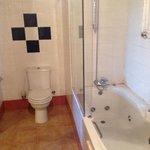 Ruime en schone badkamer.