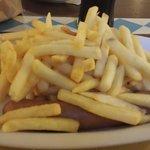 Il piatto era wurstel e patatine: 2 wurstel trentini buonissimi, tante patatine e senape. Era en