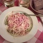 insalata di wurstel, formaggio, cetrioli e cipolla