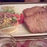 schnitzel con insalata e spaetzle