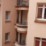 Vue sur le patio et des chambres à balcon