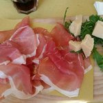 Prosciutto di Parma su letto di rucola e scaglie di parmigiano reggiano invecchiato 24 mesi