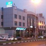 Вид на отель с противоположной стороны улицы