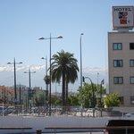 Zicht op hotel met Sierra Nevada op achtergrond