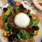 Ensalada con queso de cabra y cebolla caramelizada
