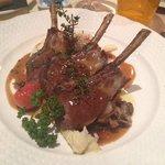 magnifique assiette de côtelettes d'agneau