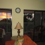 Wohnzimmer mit Sonnenuntergang