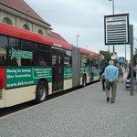 ponto de ônibus em frente ao Hotel